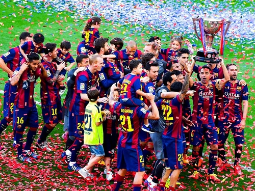 BARCELONA, SPAIN - MAY 23: FC Barcelona players celebrate with La Liga trophy at the end of the La Liga match between FC Barcelona and RC Deportivo de la Coruna at Camp Nou on May 23, 2015 in Barcelona, Spain. (Photo by David Ramos/Getty Images)