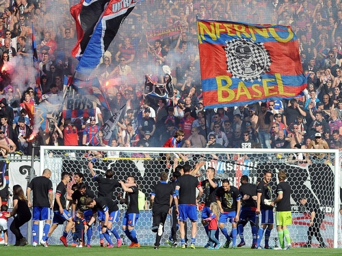 Basel, 17.05.2015.2015, Fussball Super League, FC Basel - BSC Young Boys, der FC Basel jubelt nach dem Spiel mit den Fans und ist Schweizer Meister 2015 PUBLICATIONxNOTxINxSUIxAUTxLIExITAxFRAxNED Basel 17 05 2015 2015 Football Super League FC Basel BSC Young Boys the FC Basel cheering After the Game with the supporters and is Swiss Master 2015 PUBLICATIONxNOTxINxSUIxAUTxLIExITAxFRAxNED