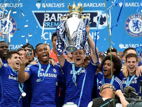 LONDON, ENGLAND - MAY 24: John Terry of Chelsea lifts the trophy after the Barclays Premier League match between Chelsea and Sunderland at Stamford Bridge on May 24, 2015 in London, England. (Photo by Michael Regan/Getty Images)