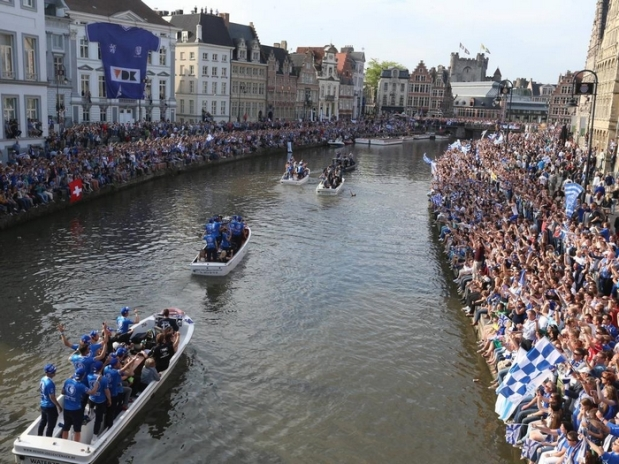 Aktuell Fußball, Belgien, Play Off, Meisterfeier KAA Gent - GENT, BELGIUM: Illustration picture shows a celebration party for the first soccer title of AA Gent soccer club in the Jupiler Pro League, Belgian first division, after the last game player earlier today in Anderlecht, in Gent Sunday 24 May 2015. NICOLASxMAETERLINCK PUBLICATIONxINxGERxSUIxAUTxONLY x04630299x current Football Belgium Play Off Champion ceremony KAA Ghent Ghent Belgium Illustration Picture Shows A Celebration Party for The First Soccer Title of AA Ghent Soccer Club in The Jupiler Pro League Belgian First Division After The Load Game Player Earlier Today in Anderlecht in Ghent Sunday 24 May 2015 NICOLASxMAETERLINCK PUBLICATIONxINxGERxSUIxAUTxONLY