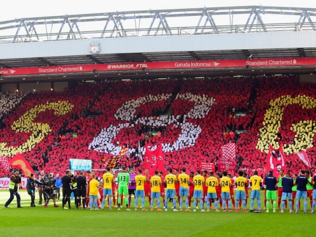 LIVERPOOL, ENGLAND - MAY 16: Crystal Palace and Liverpool players form a guard of honour for Steven Gerrard of Liverpool during the Barclays Premier League match between Liverpool and Crystal Palace at Anfield on May 16, 2015 in Liverpool, England. (Photo by Stu Forster/Getty Images)