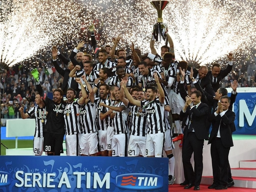 TURIN, ITALY - MAY 23: Players of Juventus FC celebrate with the Serie A Trophy at the end of the Serie A match between Juventus FC and SSC Napoli at Juventus Arena on May 23, 2015 in Turin, Italy. (Photo by Valerio Pennicino/Getty Images)
