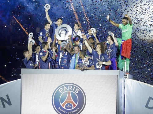 Meisterfeier mit Trophäe FOOTBALL : Paris st Germain - Ligue 1 - 23/05/2015 StephaneAllaman/Panoramic PUBLICATIONxNOTxINxFRAxITAxBEL Champion ceremony with Trophy Football Paris St Germain Ligue 1 23 05 2015 StephaneAllaman Panoramic PUBLICATIONxNOTxINxFRAxITAxBEL