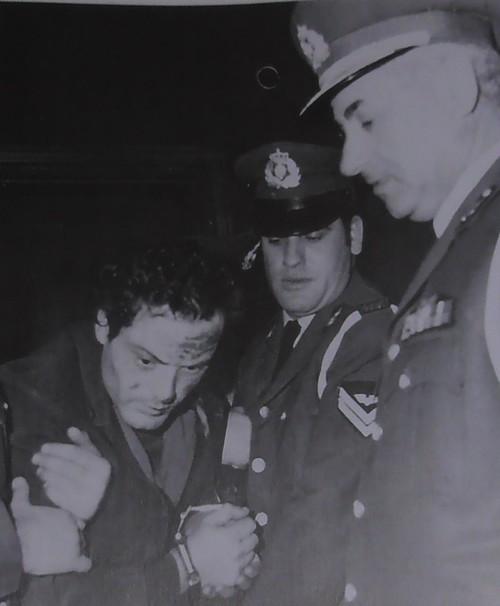 Ο Βασίλης Λυμπέρης στα χέρια της αστυνομίας