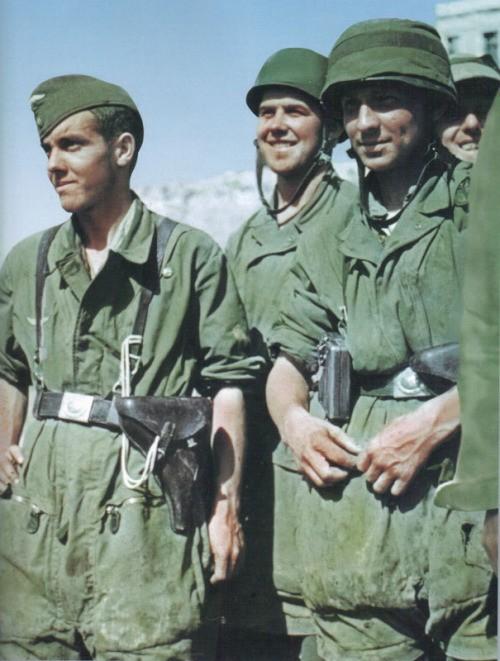 Γερμανοί αλεξιπτωτιστές στην Ακρόπολη λίγο πριν ξεκινήοουν για την Κρήτη. Οι περισσότεροι από αυτούς σκοτώθηκαν ή τραυματίστηκαν
