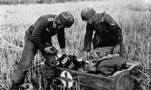 Μαζί με τους αλεξιπτωτιστές έπεφτε και το πολεμικό υλικό τους που έπρεπε να το συναρμολογήσουν για να αντιμετωπίσουν την αναπάντεχα ισχυρή αντίσταση