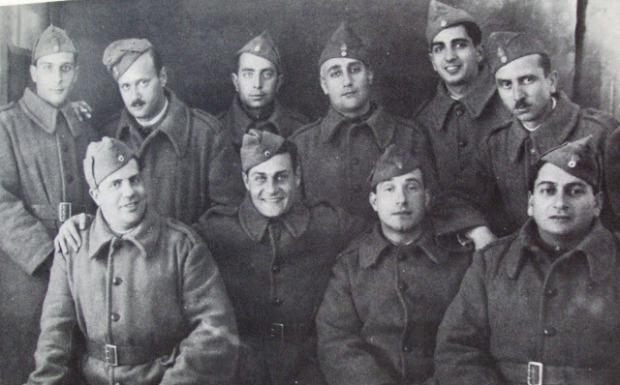 Από το Μέτωπο, από αριστερά όρθιοι: Δ. Γαλερίδης (δημοσιογράφος), Γεώργιος Καρτάλης (υπουργός), Δ. Θιβαδόπουλος ( καθηγητής), Γεώργιος Θεοτοκάς ( συγγραφέας), Συμεόνογλου (βιομήχανος) Κώστας Μάγερ (δημοσιογράφος). Καθιστοί: Ευ. Μαγκλιβέρας (βαρύτονος), Λάμπρος Κωνσταντάρας (ηθοποιός) Κώστας Σάμιος ( τενόρος) και Τσαλίκης (έμπορος)