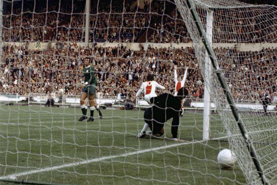 Από δική του προσπάθειαα ο επίσης αλησμόνητος Φαν Ντάικ ανοίγει το σκορ στον τελικό με τον Παναθηναϊκό το 1971