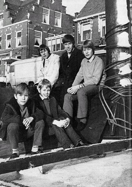 Σε παιδική ηλικία με τους αδελφούς Μιούρεν! Τον  Τζέρι  δίπλα στον  Πιτ. Οι τρεις ανωτέρω είναι ο Αρνολντ , ο Γκέριτ και ο Γιαν ...
